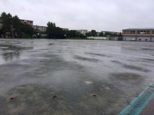 豪雨中の学校グラウンド画像