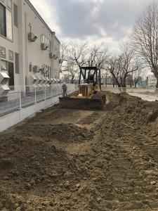 弘前市内 園庭 改良真砂土敷均し1
